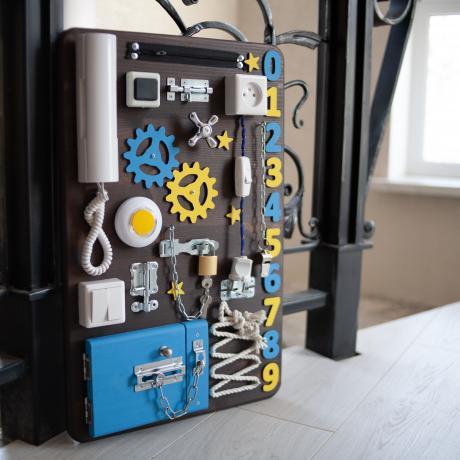 Бизиборд вертикальный 60х40 коричнево-синий