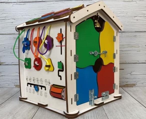 Видео обзор Бизиборд домик Evo toys 35X40 со светом